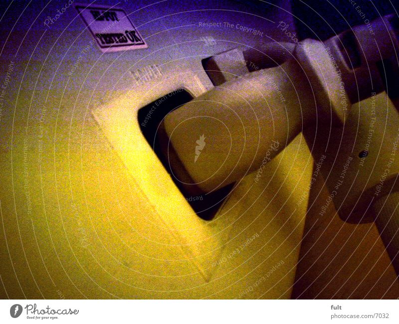 Monitoranschlüsse Bildschirm Stecker Rückansicht blau-gelb Netzstecker