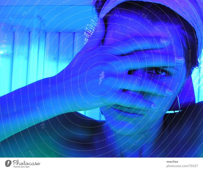 Solarium Nr.2 Frau blau Gesicht Traurigkeit schlafen Müdigkeit verstecken Sonnenbad verträumt Erschöpfung Sonnenbank