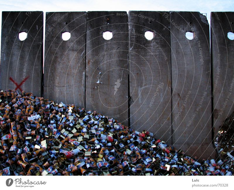Walls Of Junk Himmel cement junk waste cans mountain dots holes sky cross garbage Mauer