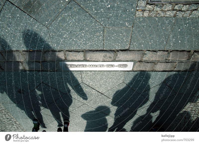 grenzgänger Mensch Stadt Berlin Menschengruppe Deutschland Schilder & Markierungen Tourismus Bürgersteig Vergangenheit Teilung Denkmal Wahrzeichen Hauptstadt Sehenswürdigkeit Trennung DDR-Flagge