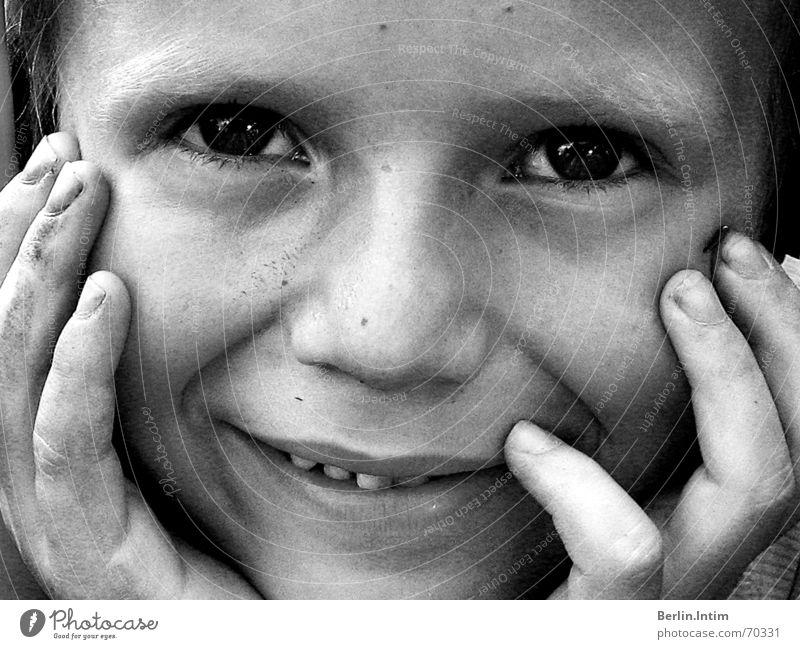 Put A Smile Upon Ur Face schwarz weiß Porträt Kind Hand leer Junge lachen Auge Lücke Zähne
