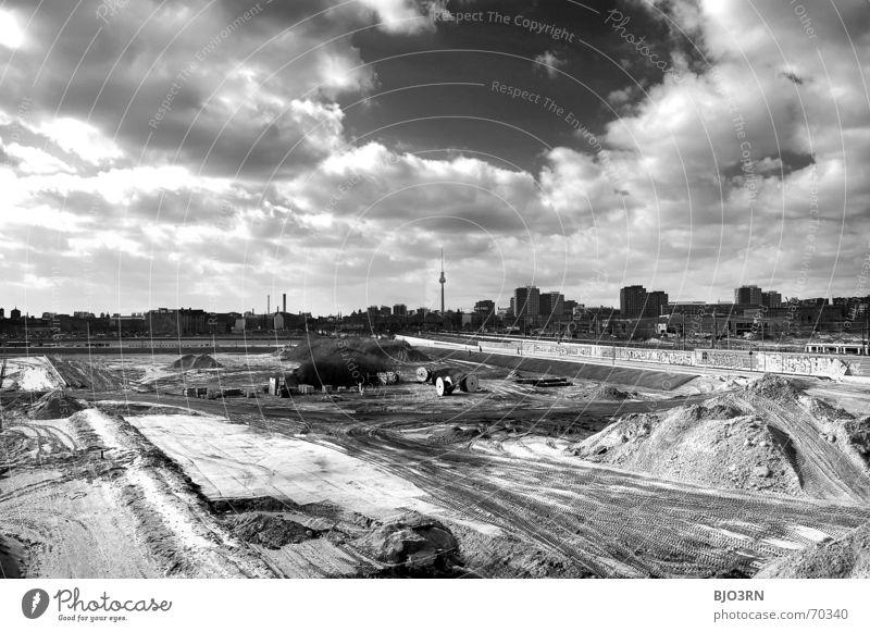 Zusammenwuchs Himmel Stadt Haus schwarz Wolken Berlin Sand Aussicht Baustelle Skyline Friedrichshain Kreuzberg Querformat Warschauer Straße