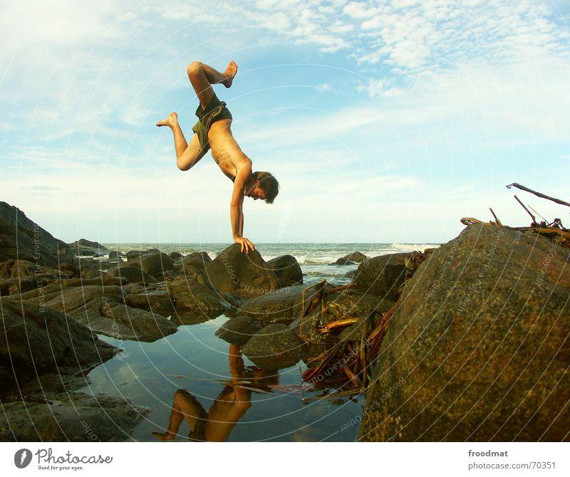 Handstand Jugendliche Wasser Himmel Meer blau Sommer Freude Strand Ferien & Urlaub & Reisen Wolken Sport Spielen Bewegung Stein Zufriedenheit Küste