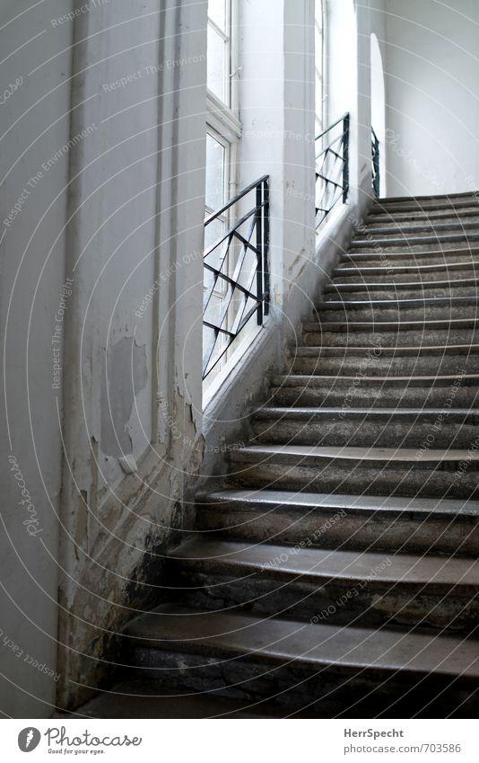 500 | Stufen alt weiß Haus Fenster Wand Architektur Mauer Gebäude grau Stein hell Treppe ästhetisch historisch Bauwerk Treppenhaus