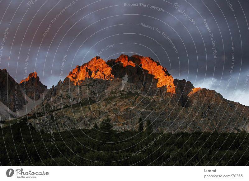 vor dem Sturm Wolken bedrohlich Italien Dolomiten Sonnenuntergang rot Außenaufnahme Bergsteigen Berge u. Gebirge landschaftaufnahme Alpen Klettern Gewitter