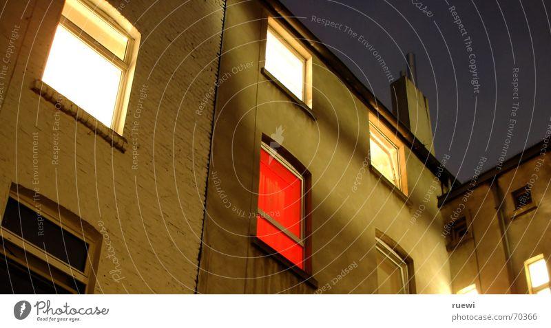 Hinterhofglück blau Stadt rot ruhig Haus dunkel Fenster Wand Erotik Gefühle Mauer Gebäude schlafen Häusliches Leben Stadtleben Hoffnung