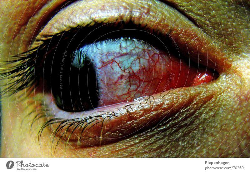 augenblick rot Gefäße schwarz Krankheit Wimpern böse Pupille tief Trauer Blick Perspektive Netz Auge Regenbogenhaut leer Tod Aussehen Müdigkeit Tränen
