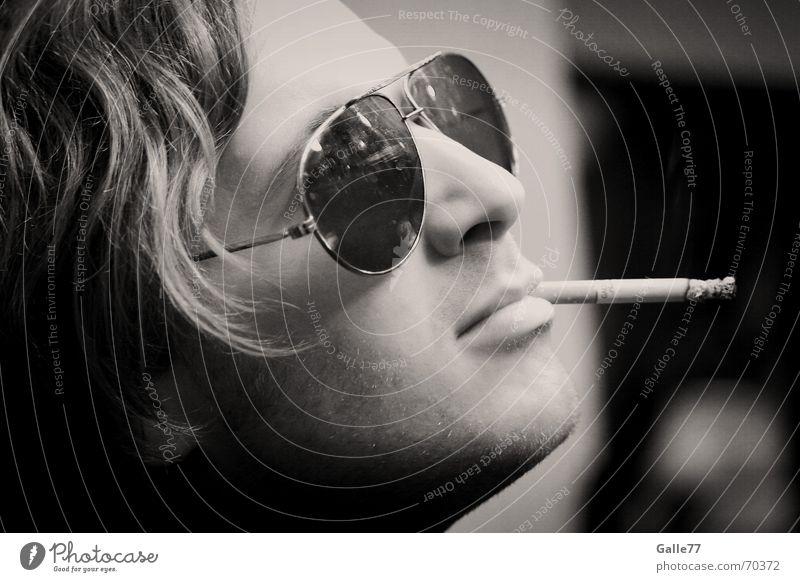 Brille Deluxe weiß Gesicht schwarz Kopf Coolness Körperhaltung Zigarette lässig Pornographie horizontal