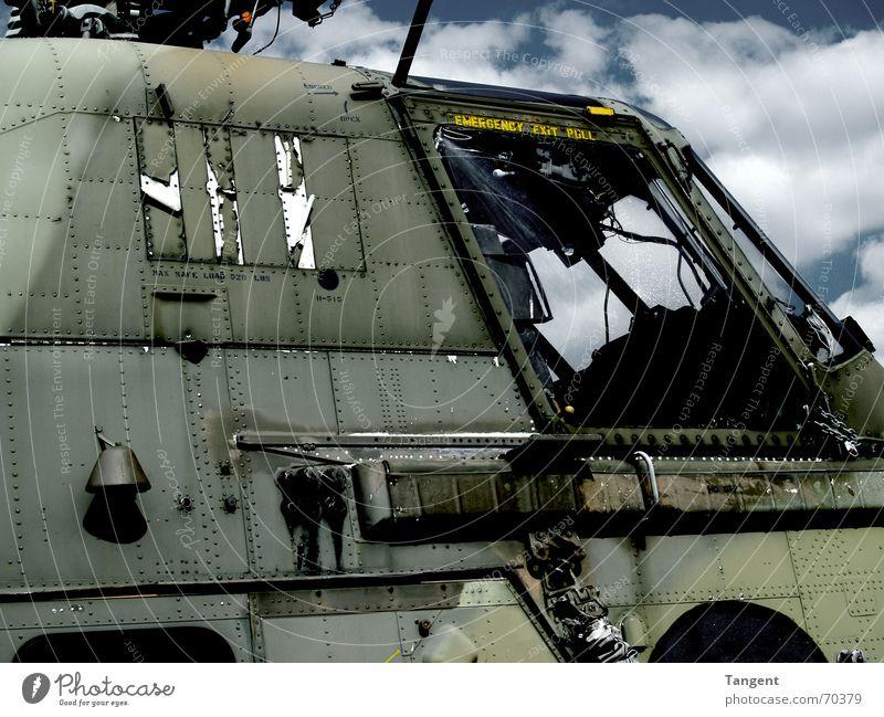 Schrott Hubschrauber Wolken dunkel Aggression Krieg Zerstörung gefährlich Stahl Waffe Bombe Angst Tarnfarbe gebrochen Schrottplatz kampfhubschrauber heli Himmel