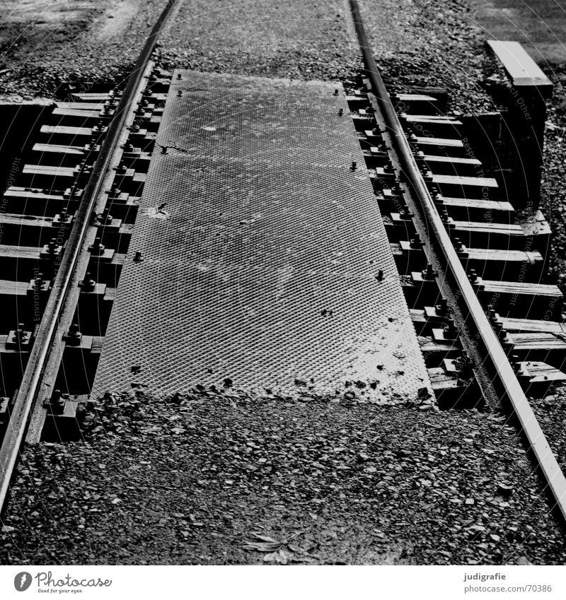 Keine Abweichung möglich weiß schwarz Stein Wege & Pfade Regen Linie nass Brücke fahren Güterverkehr & Logistik Gleise Stahl Richtung Verkehrswege Kies Blech