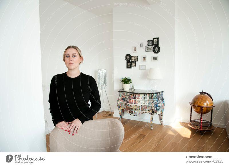 wohnen Mensch Jugendliche 18-30 Jahre Ferne Erwachsene feminin Innenarchitektur Berlin Zeit Häusliches Leben Dekoration & Verzierung Erfolg Stuhl