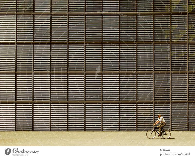 Sonnenschutz 01 Mann Haus Fenster Senior Architektur Gebäude Fassade Fahrradfahren Bildausschnitt Anschnitt Raster Glasfassade Regierungssitz