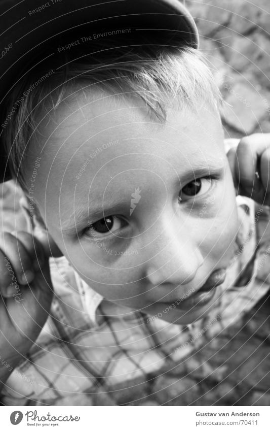 Frechdachs Kind lustig Spaßvogel Mütze Hemd blond schwarz weiß Hand kindlich Junge frech Freude lachen Straße Auge Mund Nase Ohr