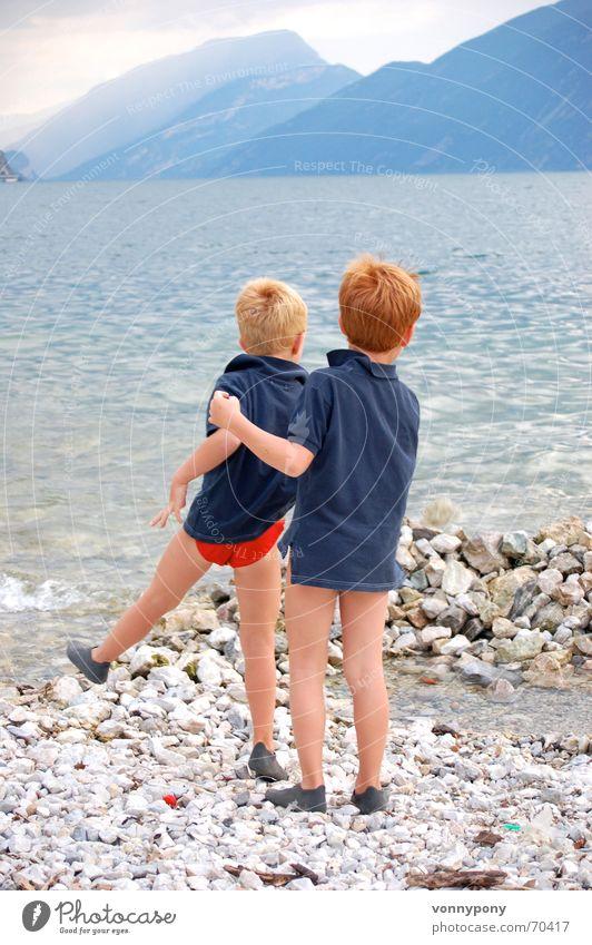 Strandspiele Kind Wasser Meer blau rot Freude Strand Ferien & Urlaub & Reisen ruhig Wolken Ferne Junge Spielen Berge u. Gebirge Freiheit Glück