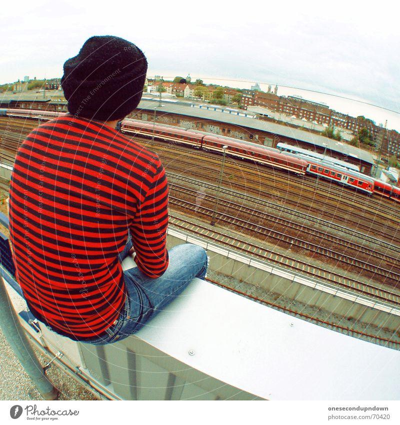 alone Eisenbahn Gleise gestreift Rock 'n' Roll Parkdeck Mann rot-schwarz Mütze Dach Denken träumen yard Bahnhof Typ guy Punk man roof sitzen lonely nachdenken