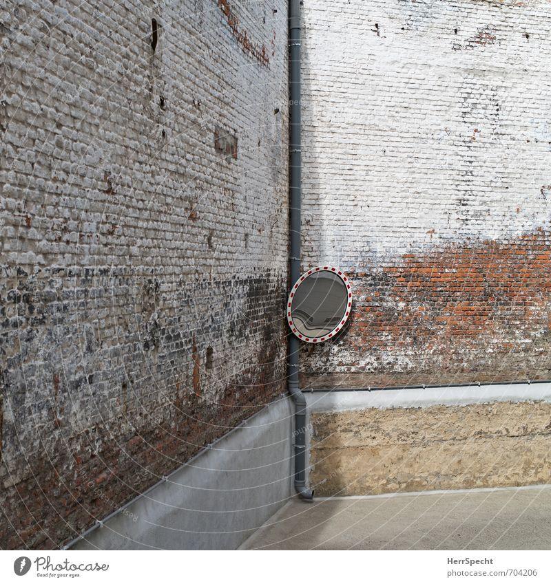 Schminkspiegel Antwerpen Belgien Stadt Stadtzentrum Altstadt Bauwerk Gebäude Mauer Wand Fassade trist braun rot weiß Verkehrsspiegel Spiegel Parkplatz