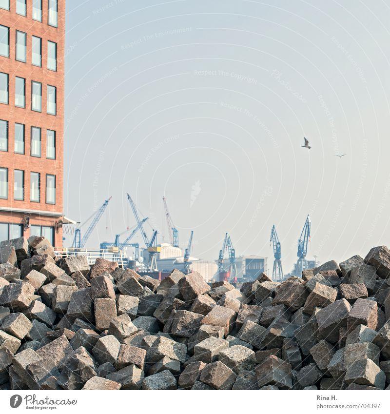 Viel zu tun Baustelle Industrie Hamburg Hochhaus Fassade Hafen authentisch Pflastersteine Haufen Kran Quadrat Granit Steinhaufen Farbfoto Außenaufnahme