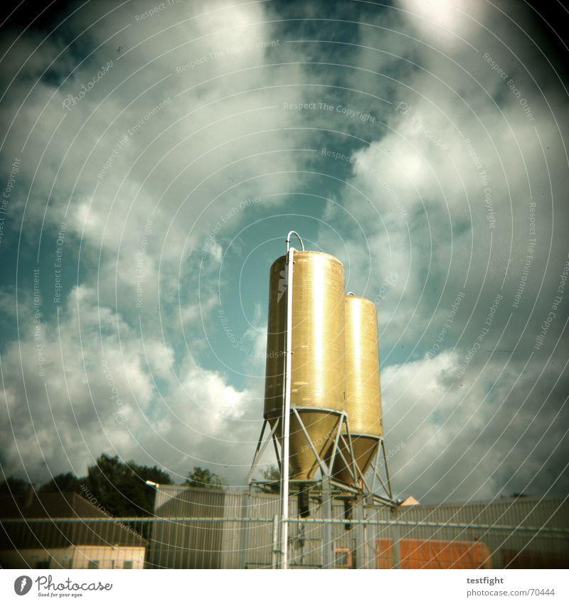 once, twice, very nice Silo Wolken grün Gebäude schlechtes Wetter Holga Himmel green green gras Sonne Industriefotografie gold building clouds sky sun cloudy