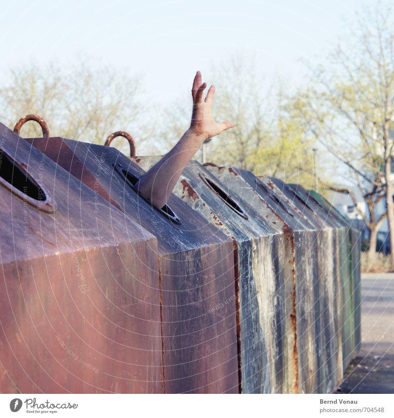 Sonderfalle Mensch maskulin Mann Erwachsene Arme Hand 1 30-45 Jahre gefangen Recyclingcontainer Altglas Verzweiflung Gefängniszelle Falle Loch Hilferuf Sucht