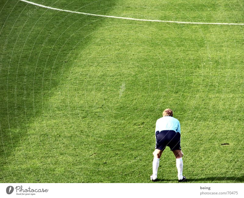Außenseiter - Spitzenreiter Freude Sport Spielen Fußballer Platz Fußballplatz stehen Streifen Rasen Sportrasen sportlich Turnschuh Turnen Sportler Pokal