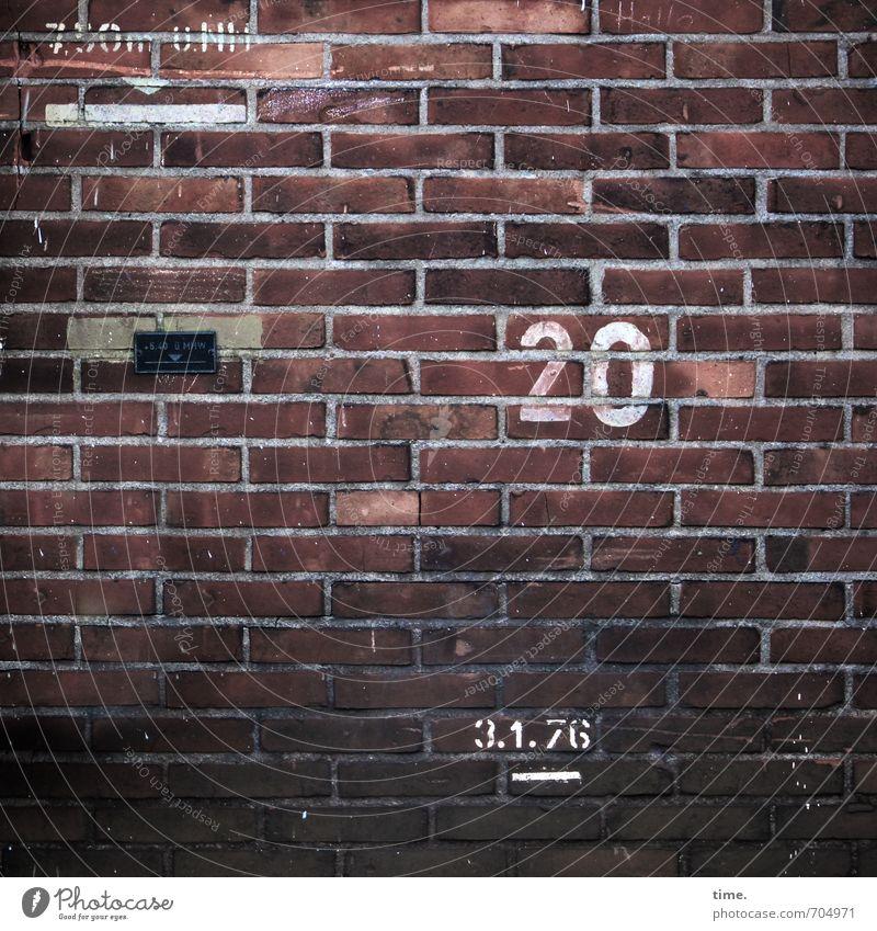 üNn Mauer Wand Fassade Wasserstand Hochwasser Stein Backstein Zeichen Schriftzeichen Ziffern & Zahlen Schilder & Markierungen Linie Streifen alt kaputt