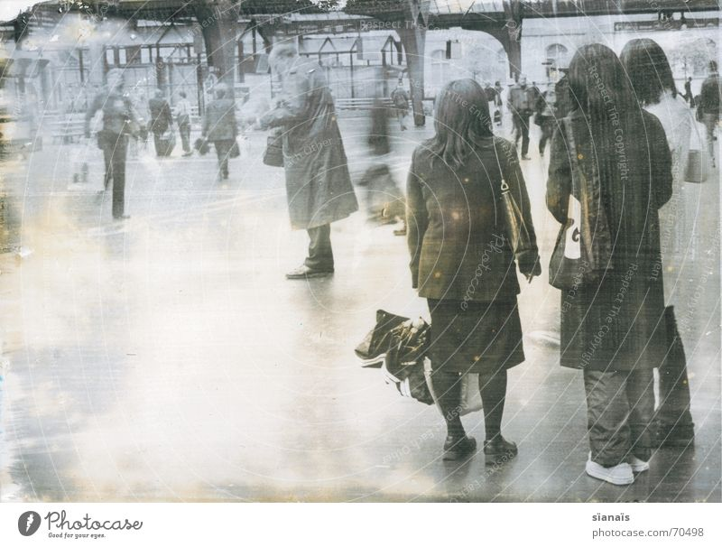 Bahnhof Zürich Mensch Frau Mann alt weiß Ferien & Urlaub & Reisen schwarz ruhig gelb kalt Bewegung Traurigkeit hell Regen Raum offen