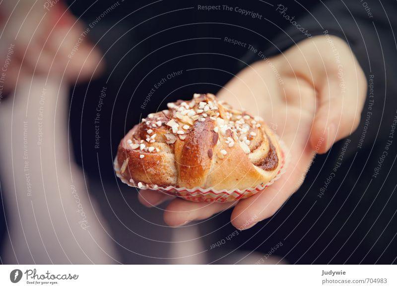 selbstgemacht | Lass es dir schmecken! Lebensmittel Teigwaren Backwaren Süßwaren kanelbullar Zimtschnecke Zucker Ernährung Essen Kaffeetrinken Mensch Hand