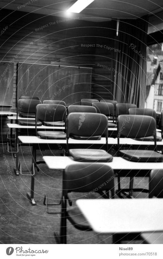 empty Classroom Fenster schwarz Tisch Licht Schulklasse Stuhl Raum Bodenbelag Schulgebäude