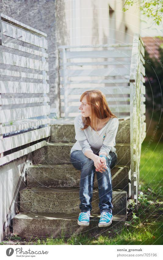 auf der Treppe Mensch Frau Kind Jugendliche Ferien & Urlaub & Reisen Pflanze Sommer Sonne Junge Frau Haus 18-30 Jahre Erwachsene Umwelt Leben feminin Herbst