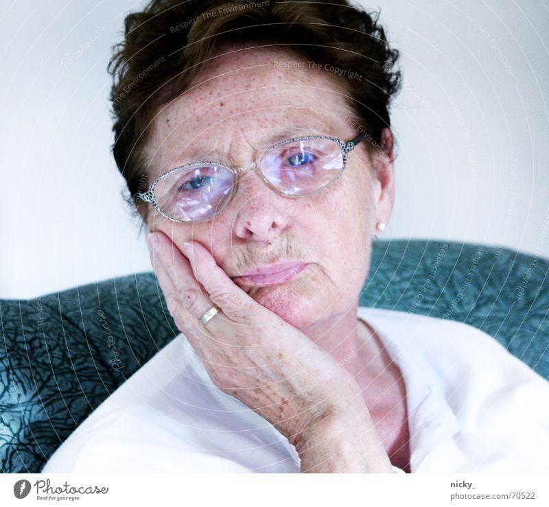 warum so traurig omilein? Großmutter Senior süß niedlich Brille weiß grün Porträt lieblich Hand Finger Sommersprossen Lippen Wunsch granny sechzig Gesicht