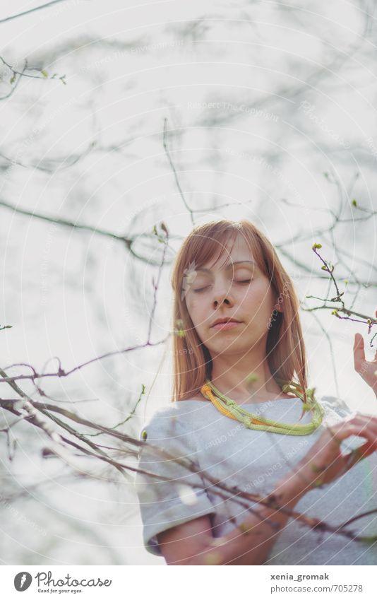 Frau in Natur Mensch Kind Jugendliche Ferien & Urlaub & Reisen Baum 18-30 Jahre Ferne Erwachsene Umwelt Leben Wiese feminin Junge Frühling Spielen
