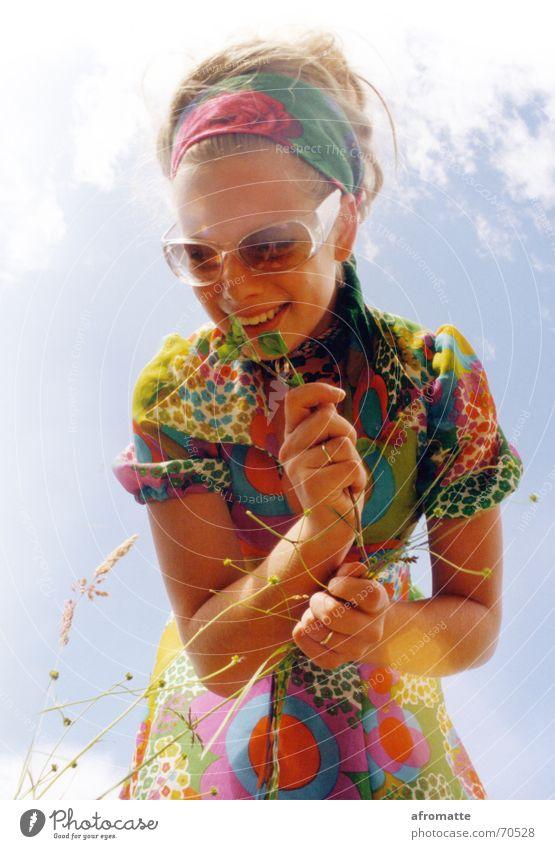 Blumenfrau Lifestyle Duft Sommer Sonne Junge Frau Jugendliche Jugendkultur Himmel Schönes Wetter Gras Blüte Kleid Brille Kopftuch blond entdecken genießen