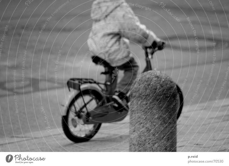 kopflos. Kind Stadt Spielen Fahrrad Asphalt Bürgersteig Momentaufnahme Unbeschwertheit spontan