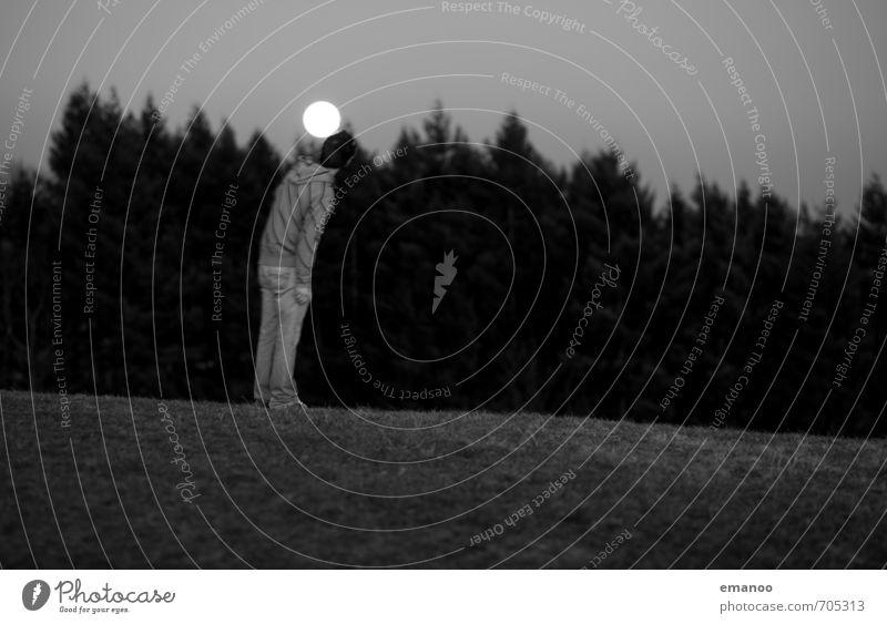 Kopfball Mensch Natur Jugendliche Ferien & Urlaub & Reisen Mann Baum Landschaft Freude dunkel Wald Erwachsene Berge u. Gebirge Gefühle Wiese Gras Stil