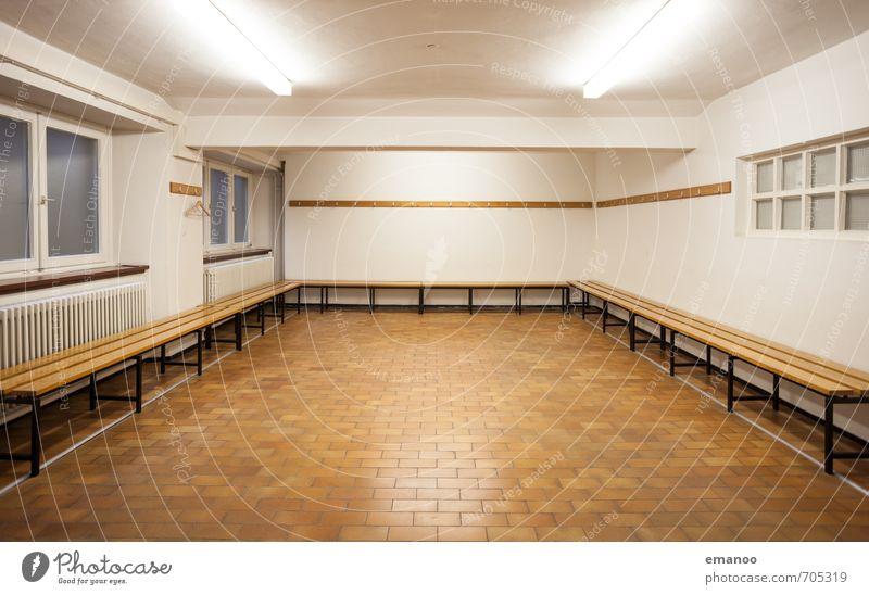 vor dem Spiel Sport Fitness Sport-Training Sportmannschaft Sportstätten alt groß Sauberkeit braun weiß Einsamkeit Umkleideraum Sporthalle Bank locker room