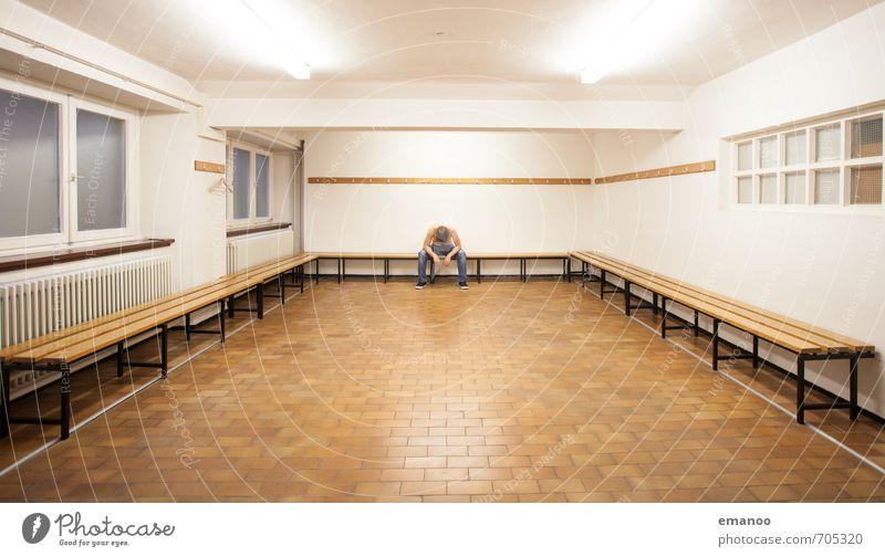nach dem Spiel Sport Fitness Sport-Training Sportler Sportstätten Mensch Mann Erwachsene Körper 1 Erholung sitzen Traurigkeit Gefühle Stimmung ruhig Langeweile