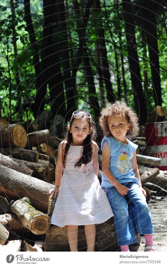 Mensch Kind Natur Sommer Sonne Landschaft Mädchen Wald Spielen Körper Kindheit Tourismus Ausflug Urelemente Abenteuer 3-8 Jahre