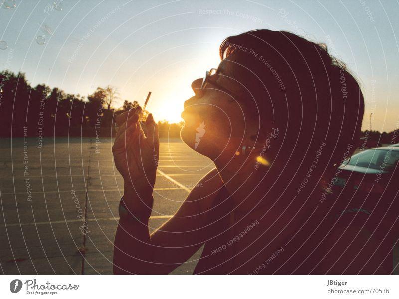 Flashback Sommer ruhig feminin träumen PKW Denken Wärme USA Brille Physik blasen atmen Parkplatz Seifenblase Sonnenuntergang