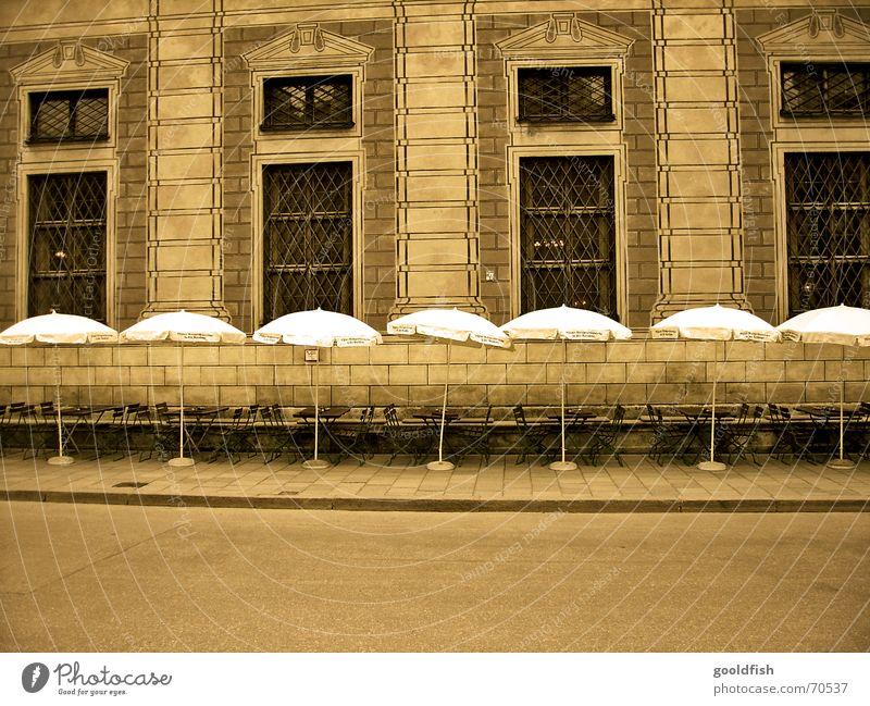 gastro tristessa alt Straße Wand warten leer Gastronomie Bier Restaurant Sonnenschirm Kneipe