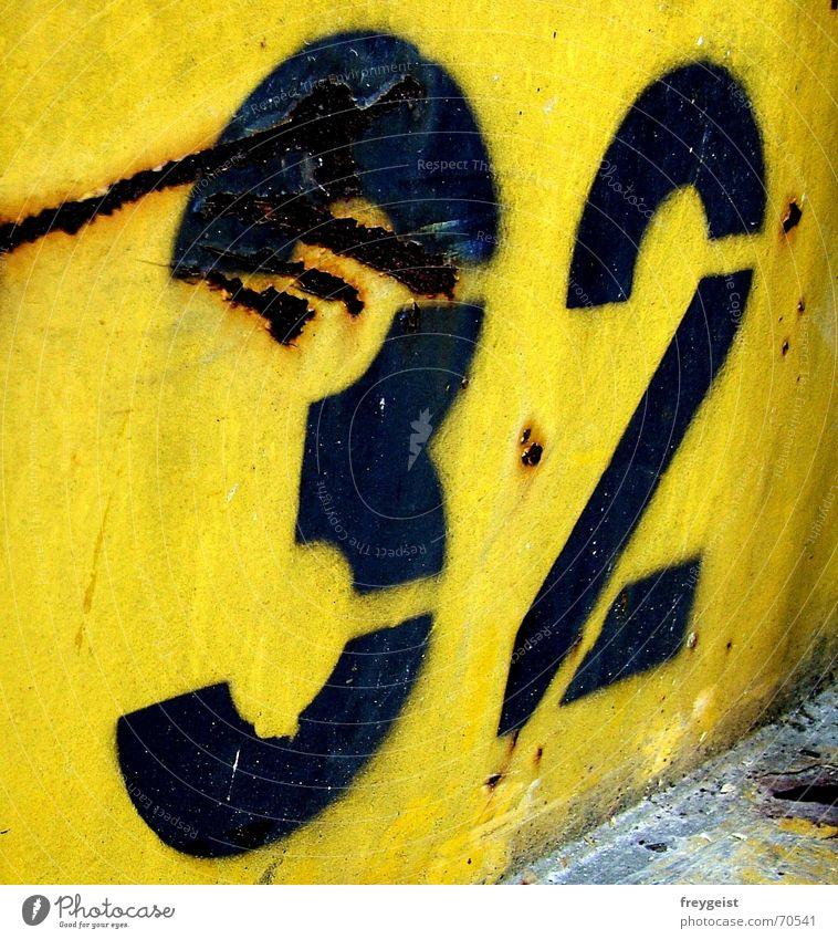 ~32~ blau schwarz gelb Farbe Arbeit & Erwerbstätigkeit Baustelle Ziffern & Zahlen Müll trashig Rost Container Kratzer Umbauen