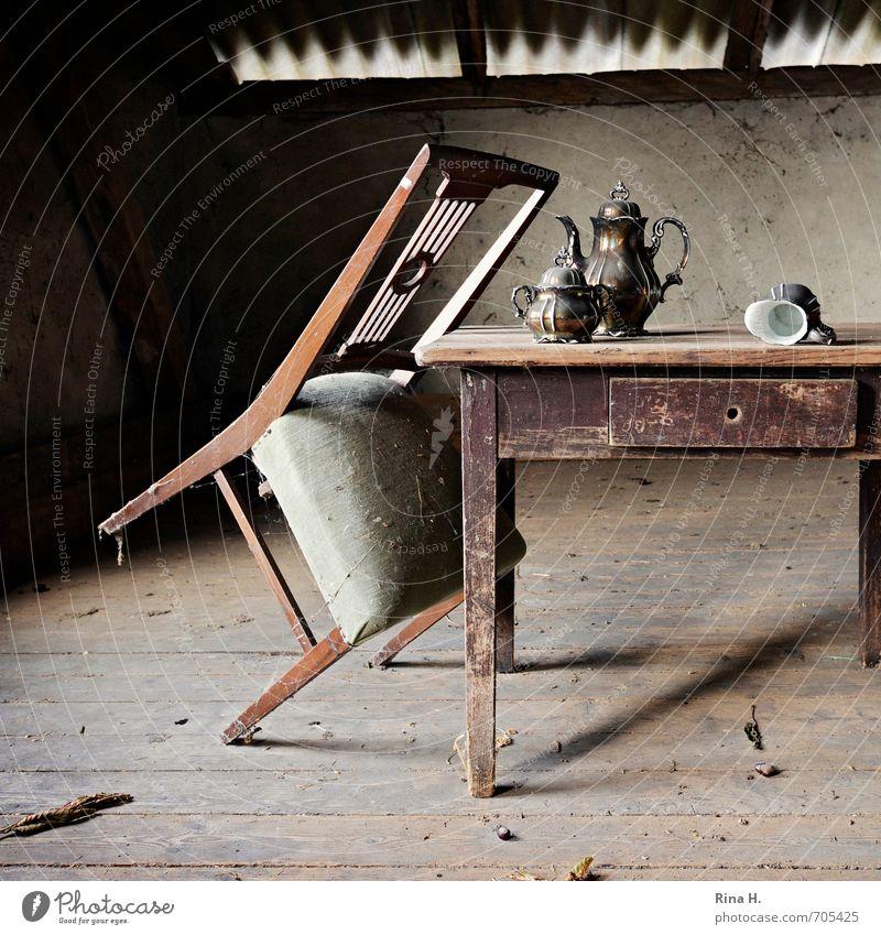 Vergangene Zeiten Geschirr Kannen Kaffeekanne Zuckerdose Milchkanne Innenarchitektur Stuhl Tisch Dachboden Nostalgie Verfall Vergangenheit Vergänglichkeit