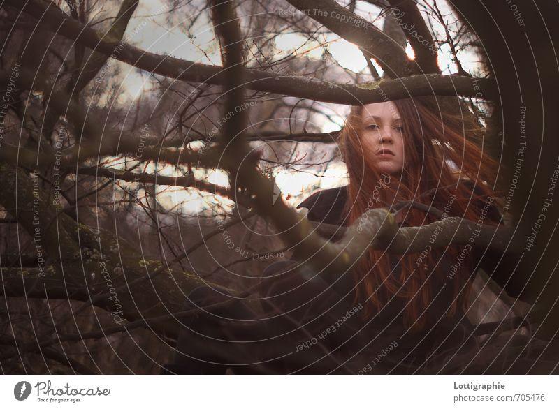 """""""alles um dich rum glüht, nur dein ich nicht."""" Mensch Natur Jugendliche Baum rot Junge Frau 18-30 Jahre Wald Erwachsene Herbst braun Luft Kraft Wind authentisch"""