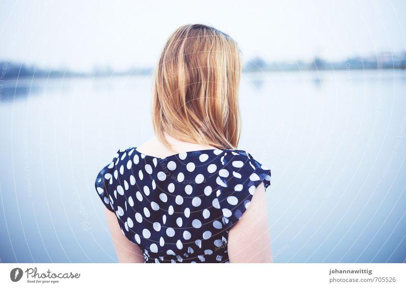 another love. Mensch Jugendliche blau Erholung Einsamkeit ruhig 18-30 Jahre kalt Erwachsene Leben Traurigkeit feminin Küste Haare & Frisuren Horizont stehen