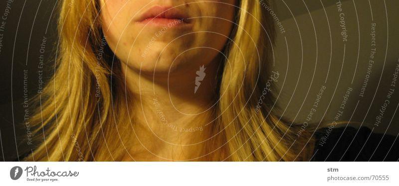 gelb 8 Frau Kinn Leberfleck Eindruck Gedanke Denken Trauer ruhig Fragen Tiefblick schweigen Stillleben Haare & Frisuren Auge Nase Mund Hals nachdenken