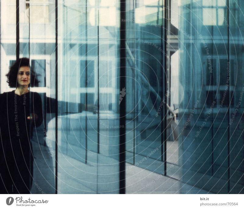 Klare Fronten Mensch Frau Jugendliche blau 18-30 Jahre Erwachsene feminin Gebäude Glück Kunst Business Fassade träumen Büro modern Glas