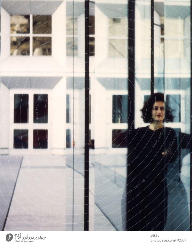 Harte Fronten Frau Erwachsene 1 Mensch Gebäude Mauer Wand Fassade Glas Linie schwarz weiß Perspektive Spiegelbild durchsichtig Reflexion & Spiegelung