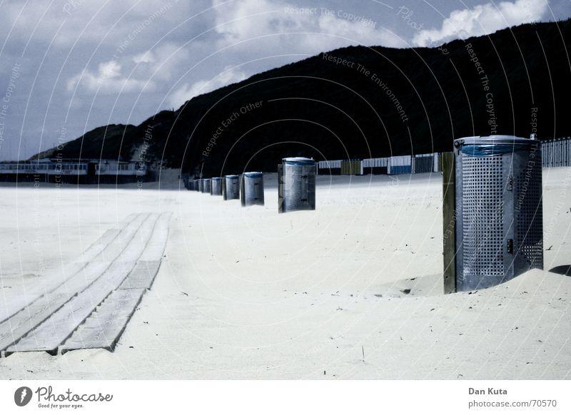 Frisch staubgesaugt Meer aufgereiht Müll Eimer Holz Strand Plastiktüte Wolken Bürgersteig Niederlande Zoutelande Walcheren Sand sondermüll Stranddüne