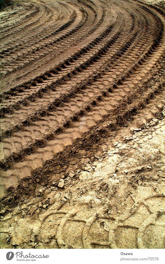 Reifenspuren im Sand trist Spuren Lastwagen Kurve Reifenprofil Eindruck erhaben