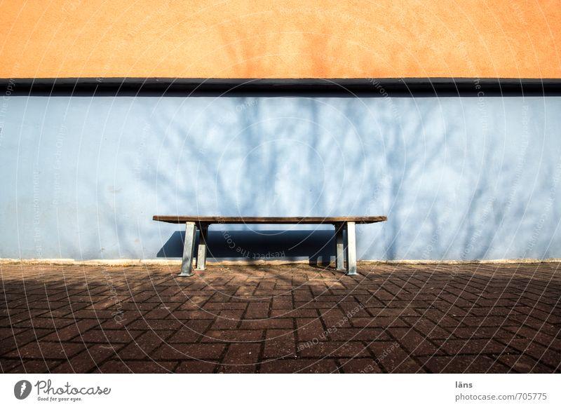 unbesetzt Stadt Haus Mauer Wand Wege & Pfade blau orange Erwartung Bank Farbfoto Außenaufnahme Menschenleer Tag Licht Schatten