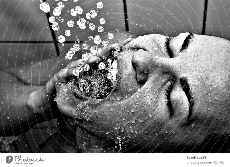Zähneputzen einmal anders Körperpflege Unter der Dusche (Aktivität) Wellness Wohlgefühl Erholung Bad Mensch feminin Junge Frau Jugendliche Kopf 1 18-30 Jahre